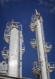 Destillationtorn för raffinaderi eller för kemisk växt Arkivfoton