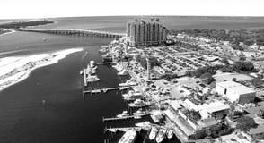 DESTIN, ΛΦ - ΤΟ ΦΕΒΡΟΥΆΡΙΟ ΤΟΥ 2016: Ορίζοντας πόλεων από τον αέρα Ο Destin είναι Στοκ Φωτογραφίες
