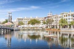 DESTIN, FL - FEBRUARI 2016: De kleurrijke huizen o van het Harborwalkdorp Royalty-vrije Stock Afbeelding