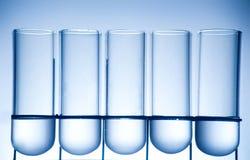 Destinatario di chimica in un'atmosfera del laboratorio Fotografie Stock Libere da Diritti