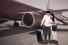 Destination de regard de touristes sur un comprimé Photographie stock