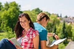 Destination de touriste de visite de carte de prise de jeune femme Photographie stock libre de droits