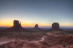 Destination de vacances de vallée de monument éclairée à contre-jour par lever de soleil Photographie stock