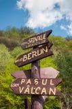 destinationer post uppvisning av den olika teckenturisten Arkivbild