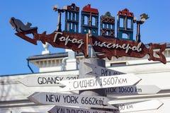 Destinations de ville de poteau indicateur au trottoir de mer baltique photographie stock
