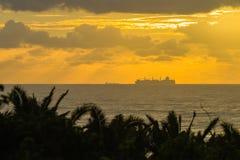 Destinations silhouettées par océan de bateaux Image libre de droits