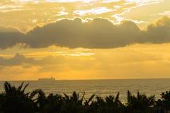 Destinations silhouettées par océan de bateaux Photo stock