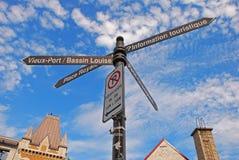 Destinationstecken för fyra riktningar på Quebec City den gamla staden Arkivfoton