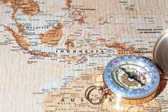 Destinazione Indonesia, mappa antica di viaggio con la bussola d'annata Fotografia Stock