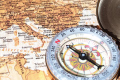 Destinazione Italia, mappa antica di viaggio con la bussola d'annata Fotografie Stock