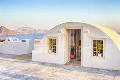 Destinazioni sceniche europee Pale Houses del villaggio di OIA in Santorini in Grecia immagini stock