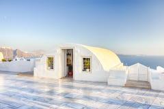 Destinazioni sceniche europee Pale Houses del villaggio di OIA in Santorini in Grecia con il mar Egeo su fondo immagini stock