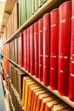 Destinerade böcker för färgrikt läder i ett medicinskt arkiv arkivbild