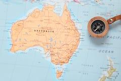 Destino Australia, mapa del viaje con el compás Imagenes de archivo