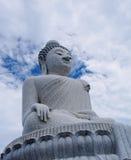 Destino de mármol blanco masivo de la estatua y del turista de Buda encima de la colina en Phuket, Tailandia Fotografía de archivo libre de regalías