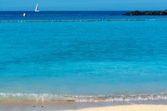 Destino do curso do sol do inverno, água morna da nadada do oceano na praia de Amadores, Gran Canaria, Ilhas Canárias, Espanha foto de stock