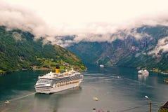 Destino do curso, turismo Navio de cruzeiros no fiorde noruegu?s Forro de passageiro entrado no porto Aventura, descoberta imagens de stock royalty free