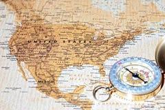 Destino Estados Unidos, mapa antiguo del viaje con el compás del vintage Fotografía de archivo