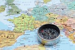 Destino França do curso, mapa com compasso Fotografia de Stock Royalty Free