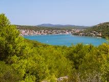 Destino hermoso E de las vacaciones del océano del paisaje de Tribunj Croacia fotos de archivo libres de regalías