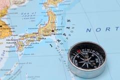 Destino Japão do curso, mapa com compasso Fotografia de Stock Royalty Free