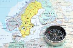 Destino Noruega Sveden y Finlandia, mapa del viaje con el compás Imagen de archivo