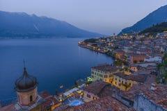 Destino popular del viaje, Limone en el lago Garda en la oscuridad Foto de archivo