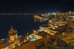 Destino popular del viaje, Limone en el lago Garda en la noche, imagenes de archivo