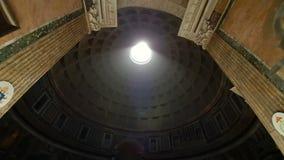 Destino popular do turista do pante?o de Roma It?lia em Roma A ab?bada do pante?o Um feixe luminoso brilha do telhado de filme