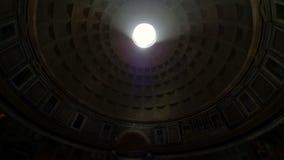Destino popular do turista do pante?o de Roma It?lia em Roma A ab?bada do pante?o Um feixe luminoso brilha do telhado de vídeos de arquivo