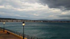 Destino turístico famoso Loutraki em Grécia contra um céu dramático video estoque