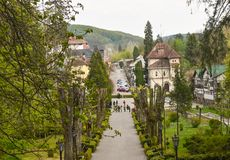 Destino tur?stico hermoso la ciudad balneary Baile Govora con la vieja arquitectura y los parques verdes impresionantes - Rumania fotografía de archivo
