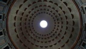 Destino tur?stico popular del pante?n de Roma Italia en Roma La b?veda del pante?n Un haz luminoso brilla del tejado de almacen de video