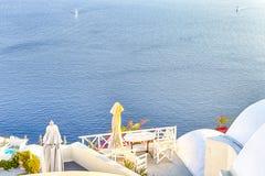 Destinos cênicos europeus Restaurante de Pale Houses And Open Air da vila de Oia em Santorini em Grécia com barcos de navigação s fotografia de stock