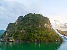 Destinos da parte superior de Vietname, forma??es naturais da caverna da ba?a longa do Ha fotos de stock royalty free