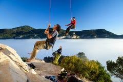 Destinos del viaje Escaladores de roca felices que cuelgan en el belay Fondo del paisaje de la montaña Siurana, Priorat Tarragona Fotos de archivo libres de regalías