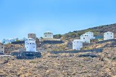 Destinos do curso Casas gregas redondas tradicionais na ilha de Santorini em montanhas do Caldera fotos de stock