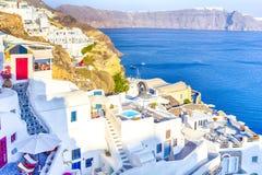 Destinos europeus famosos Vista excitante de casas telhadas brancas clássicas e cores Cor pastel-azuis da vila de Oia em Santorin imagem de stock
