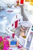 Destinos europeus famosos Vista excitante de casas telhadas brancas clássicas e cores Cor pastel-azuis da vila de Oia em Santorin fotos de stock