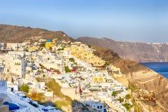 Destinos europeus Ideia pitoresca da arquitetura da cidade da vila de Oia em Santorini com a montanha e o Mar Egeu vulcânicos do  fotografia de stock