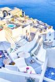 Destinos europeus Vista de surpresa de casas brancas clássicas e cores azuis de casas e de arquitetura da vila de Oia em Santorin imagem de stock