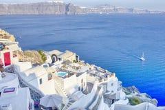 Destinos europeus Vista de surpresa de casas brancas clássicas e cores azuis de casas e de arquitetura da vila de Oia em Santorin fotos de stock