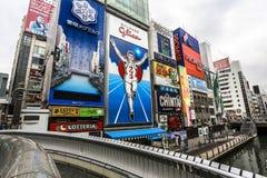 Destinos turísticos principales del hombre corriente de Dotonbori Glico en Osaka Japan que corre a lo largo del canal de Dotonbor foto de archivo libre de regalías