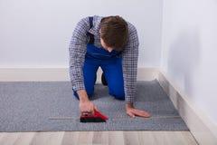 Destornillador de la radio de Installing Carpet With del ajustador de la alfombra fotos de archivo