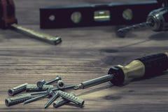 Destornillador y pila de tornillos Foto de archivo
