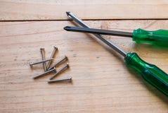 2 destornillador y tornillo de metal Fotografía de archivo