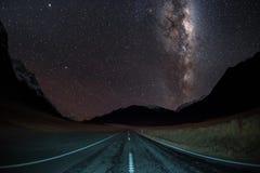 Destra della galassia della Via Lattea di immagine del cielo notturno in mezzo ad una strada immagine stock libera da diritti