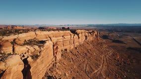 Destra di cottura del fuco sopra la cresta maestosa del canyon della montagna della cima piana con la vista epica dell'orizzonte  archivi video