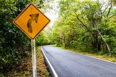 Destra di giro del segnale sulla strada campestre, segnali stradali Fotografie Stock