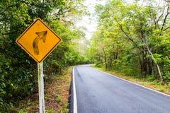 Destra di giro del segnale sulla strada campestre, segnali stradali Immagine Stock